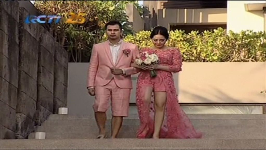 https: img-k.okeinfo.net content 2014 10 26 194 1057046 busana-pink-raffi-nagita-lambangkan-cinta-R3wSbwkUX3.jpg