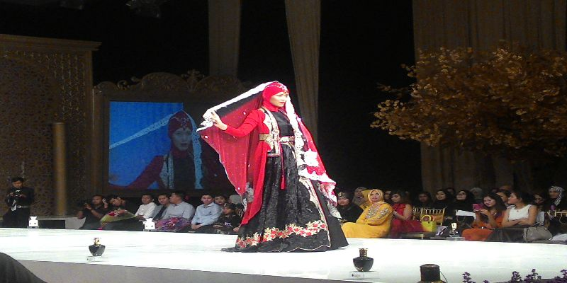 https: img-k.okeinfo.net content 2015 05 02 194 1143671 kaftan-rancangan-wanita-indonesia-dipamerkan-di-london-nIA89SrANg.jpg