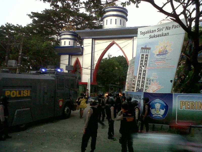 https: img-k.okeinfo.net content 2015 05 20 340 1152723 bentrok-di-makassar-polisi-dan-wartawan-kena-panah-SCfBHaH98W.jpg