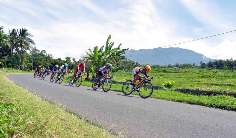 https: img-k.okeinfo.net content 2015 06 14 43 1165252 total-rp1-4-m-menanti-pemenang-tour-de-singkarak-HVwN5zUO62.jpg
