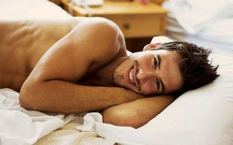 Спящий голый мужчина