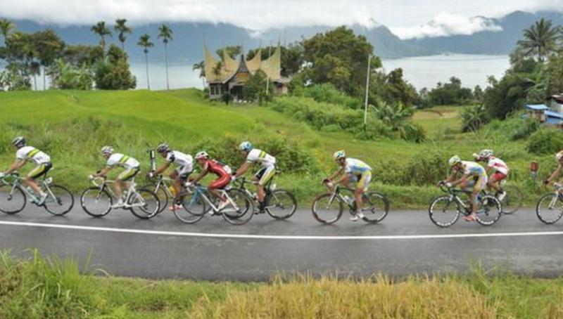 https: img-k.okeinfo.net content 2015 10 02 43 1224659 kabut-asap-menghantui-pembalap-tour-de-singkarak-2015-6JhNsLBQOV.jpg