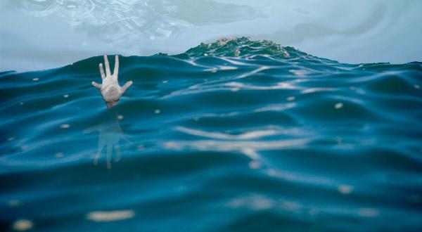 https: img-k.okeinfo.net content 2015 10 23 338 1237186 perahu-terjungkal-puluhan-penumpang-tercebur-di-sungai-cisadane-xYjbcwMDjl.jpg