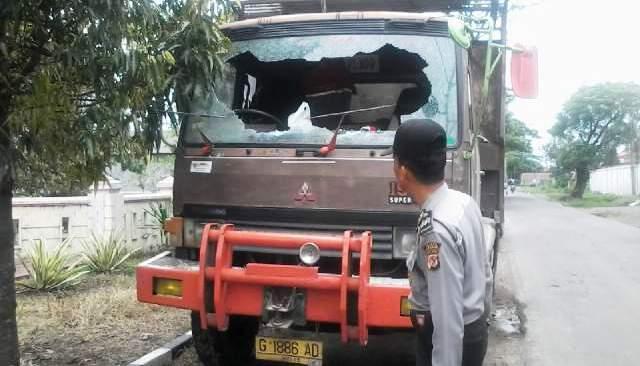 https: img-k.okeinfo.net content 2016 03 14 525 1335724 tawuran-pelajar-di-cirebon-rusak-truk-gandeng-donmi0u940.jpg