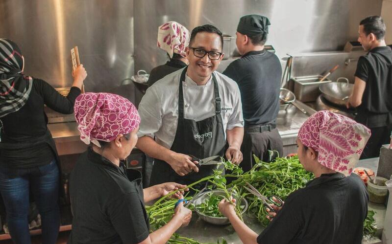 https: img-k.okeinfo.net content 2016 05 25 298 1397303 indonesian-weekend-ini-tokoh-kuliner-inggris-idola-chef-degan-uO0cxT30Bv.jpg