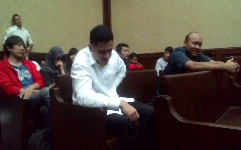 https: img-k.okeinfo.net content 2016 06 09 337 1410450 jelang-vonis-nazaruddin-zikir-di-ruang-sidang-BxCIDyjlfu.jpg