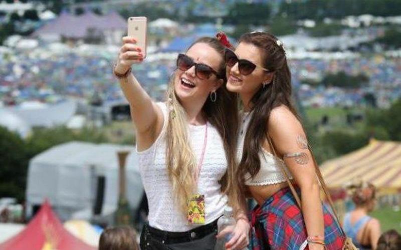 https: img-k.okeinfo.net content 2016 06 30 481 1429312 sering-selfie-buat-wajah-cepat-keriput-mySLMaSDvi.jpg