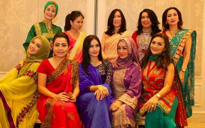 https: img-k.okeinfo.net content 2016 07 25 194 1446132 foto-kenakan-sari-saat-arisan-kd-dan-mayangsari-mirip-wanita-india-1CvJ2SxLmG.jpg