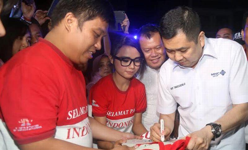 https: img-k.okeinfo.net content 2016 08 09 65 1458675 hary-tanoe-nonton-teater-sma-selamat-pagi-indonesia-GFs3LSNQic.jpg
