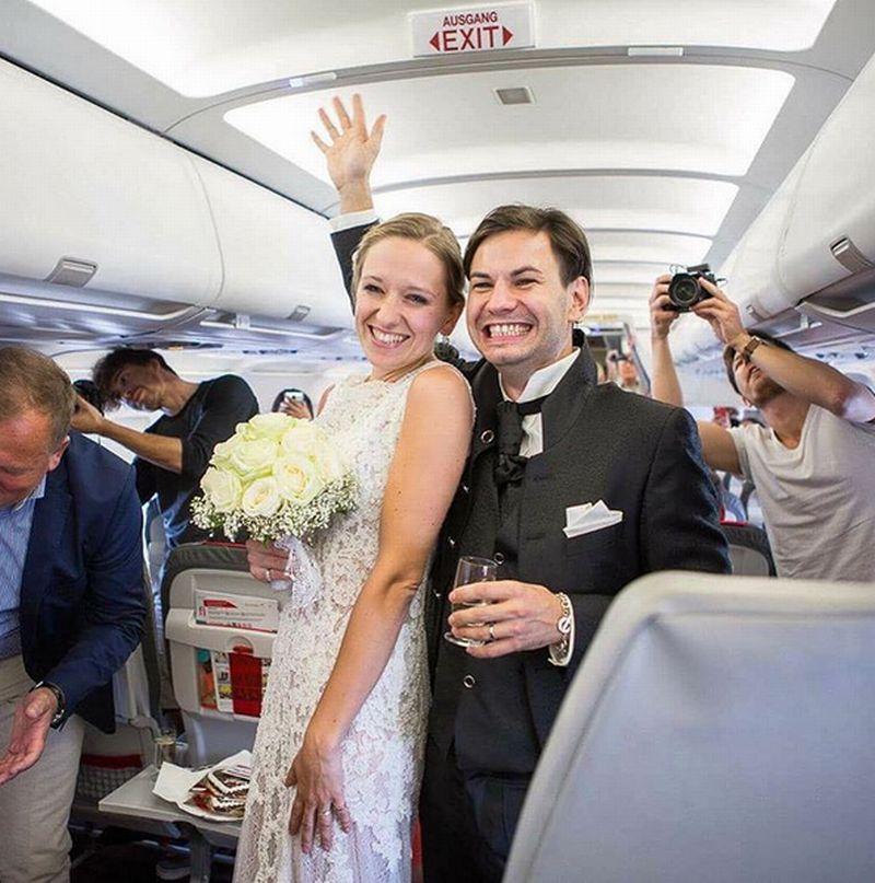 https: img-k.okeinfo.net content 2016 09 07 406 1483407 gila-pasangan-ini-menikah-di-pesawat-UjdCFcDuez.jpg