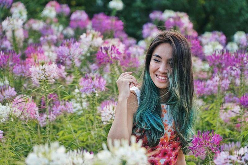 https: img-k.okeinfo.net content 2016 10 06 406 1508145 foto-sambangi-korsel-wanita-cantik-ini-habiskan-waktu-di-taman-bunga-di3zFmFqGO.jpg