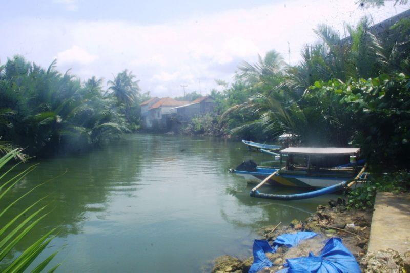 https: img-k.okeinfo.net content 2016 10 19 525 1519255 ditumbuhi-bangunan-permanen-sejumlah-sungai-di-pangandaran-terancam-tercemar-gZEyXyNUK2.jpg