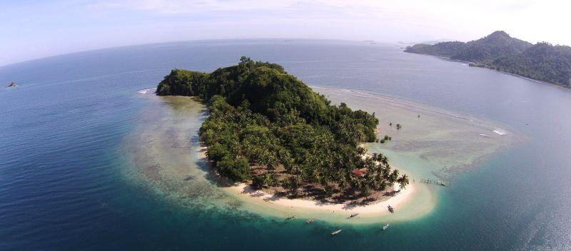 https: img k.okeinfo.net content 2016 12 01 406 1556114 keindahan pantai dan alam bawah laut di pulau pombo ambon L1OzweNDuC.jpg