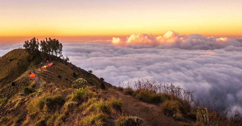 Bisa dikatakan bahwa Rinjani merupakan gunung berapi paling indah di Indonesia.