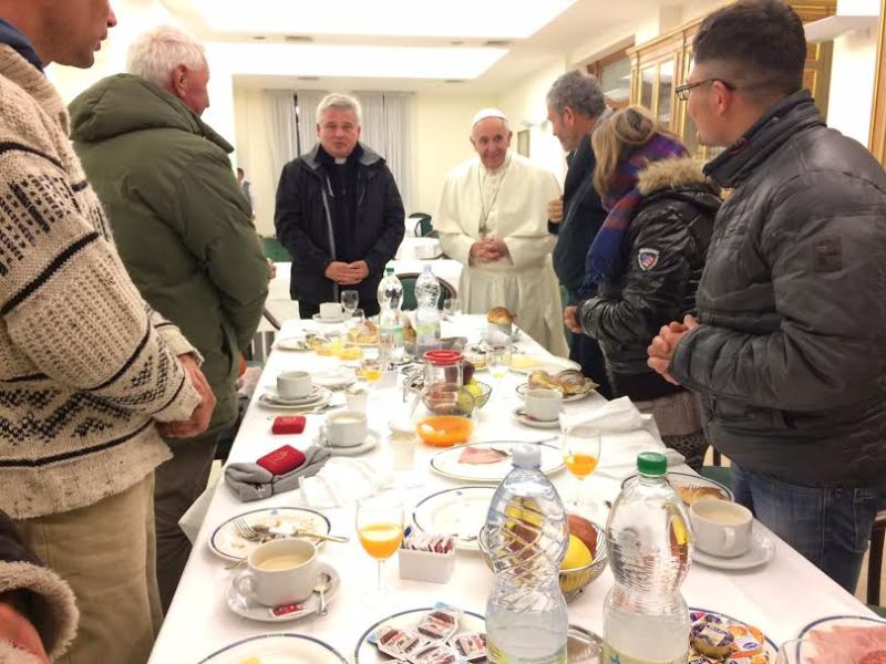 https: img-k.okeinfo.net content 2016 12 18 18 1569414 rayakan-ulang-tahun-paus-fransiskus-sarapan-bersama-tunawisma-dUMPNri1Fl.jpg