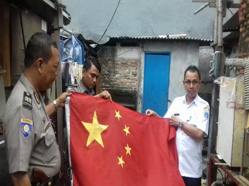 https: img-k.okeinfo.net content 2017 01 11 338 1589268 warga-kibarkan-bendera-china-di-bawah-merah-putih-di-koja-7cqBU5bvPp.jpg