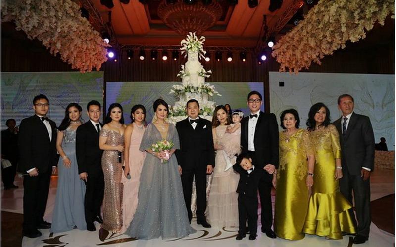 https: img-k.okeinfo.net content 2017 03 16 196 1644386 di-tengah-pesta-mewah-sang-istri-hary-tanoe-ungkap-rahasia-pernikahan-selama-31-tahun-tamu-undangan-terharu-lEVTYrqK6A.jpg