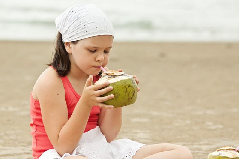https: img-k.okeinfo.net content 2017 03 16 481 1644538 anak-anak-boleh-minum-air-kelapa-nih-manfaatnya-moms-UnoyIQfpdM.jpg
