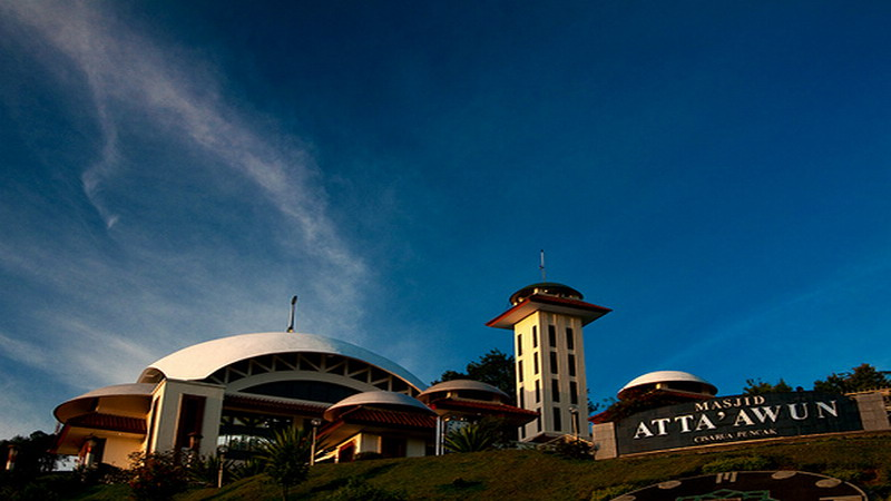 https: img-k.okeinfo.net content 2017 03 25 406 1651161 menengok-keindahan-masjid-at-ta-awun-di-puncak-nvXcY3dUzA.jpg