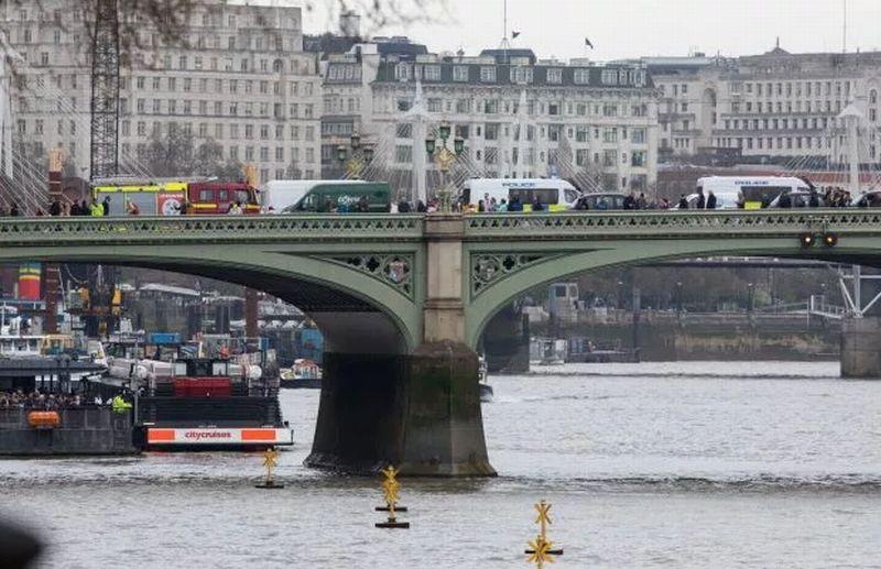 https: img-k.okeinfo.net content 2017 03 30 18 1654763 video-begini-aksi-nekat-perempuan-yang-terjun-ke-sungai-di-tengah-peringatan-seminggu-teror-london-Q9YtYrO0iM.jpg