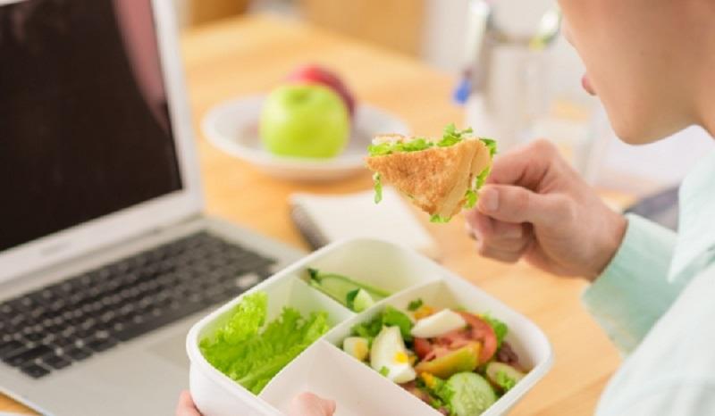 https: img-k.okeinfo.net content 2017 04 01 481 1656543 tips-atur-pola-makan-agar-tetap-sehat-di-kantor-HgMKW4Jyit.jpg