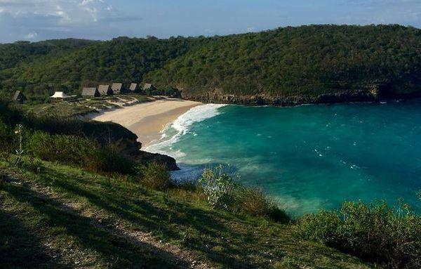 https: img-k.okeinfo.net content 2017 04 07 406 1661502 romantisnya-kemah-mewah-di-pinggir-pantai-lombok-timur-vY3Cryg9oL.JPG