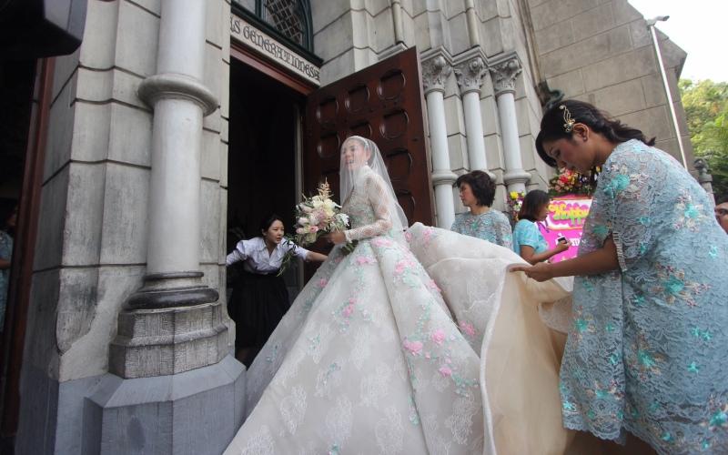 https: img-k.okeinfo.net content 2017 04 21 33 1673577 impian-olga-lydia-menikah-di-katedral-akhirnya-terwujud-E19rNw35Ye.jpg