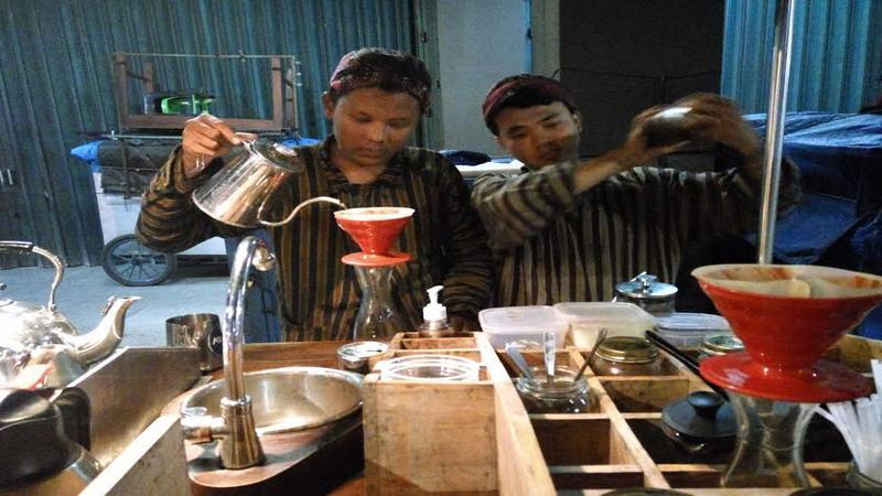 https: img-k.okeinfo.net content 2017 05 05 298 1684491 maknyuss-seruput-es-kopi-susu-di-gerobak-coffee-shop-pertama-di-yogyakarta-5ysmwSS4Dv.jpg