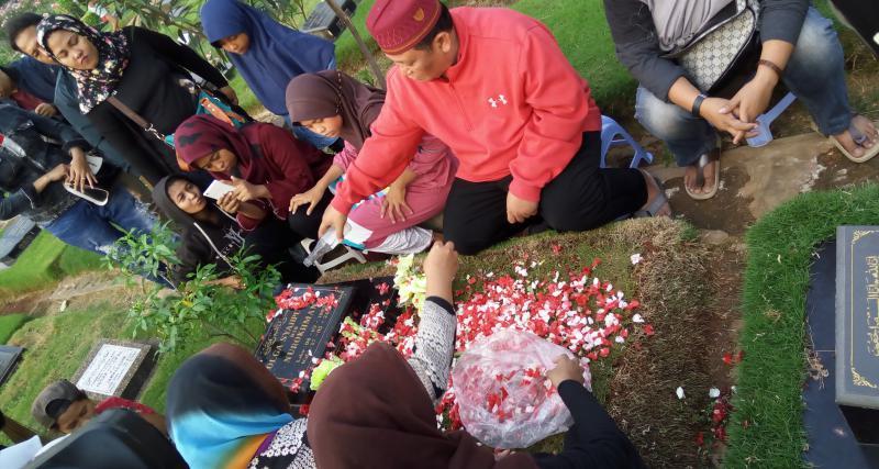 https: img-k.okeinfo.net content 2017 05 14 33 1690737 jelang-ramadan-keluarga-olga-syahputra-ajak-fans-untuk-ziarah-bareng-Hs7pTKmcsd.jpg