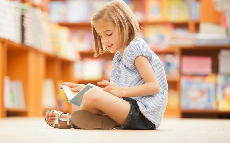 https img k.okeinfo.net content 2017 05 17 196 1693193 moms ini lho pilihan buku yang tepat sesuai usia anak CqCePhwcwG.jpg