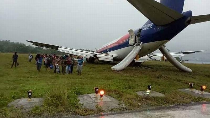 https: img-k.okeinfo.net content 2017 05 31 340 1704033 evakuasi-badan-pesawat-sriwijaya-air-yang-tergelincir-bandara-rendani-masih-ditutup-IH4qomQle2.jpg
