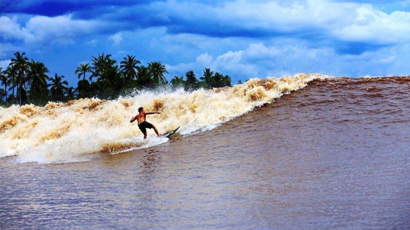https: img-k.okeinfo.net content 2017 06 01 406 1705189 keren-sungai-kampar-di-riau-punya-ombak-fenomenal-bisa-untuk-surfing-cFNw3XEnjr.jpg