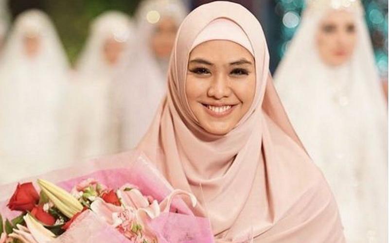 https: img-k.okeinfo.net content 2017 06 16 194 1717830 oki-setiana-dewi-happy-busana-muslim-syar-i-semakin-digemari-LFTbhAHx1B.jpg