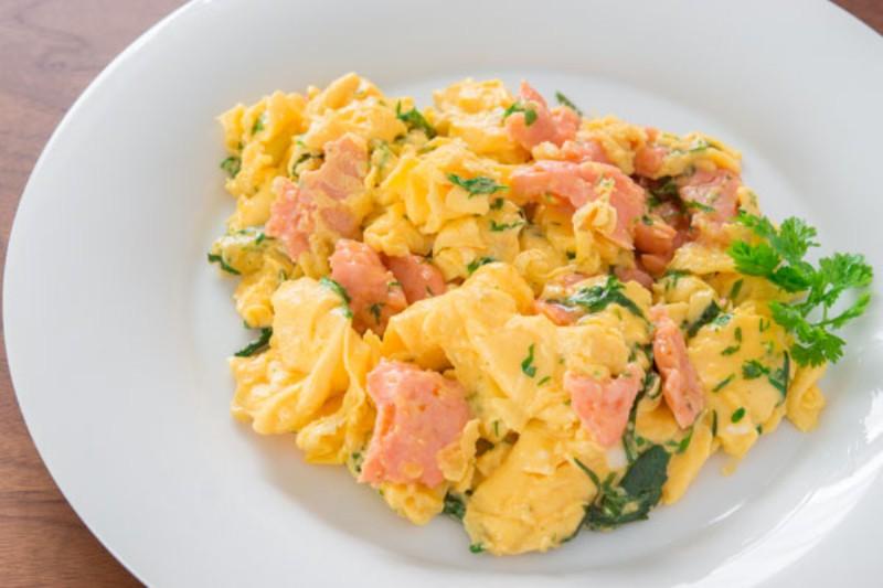 https: img-k.okeinfo.net content 2017 06 17 298 1718741 urban-food-sarapan-praktis-dengan-scrambled-egg-istimewa-PYgsDsIwZ1.jpg