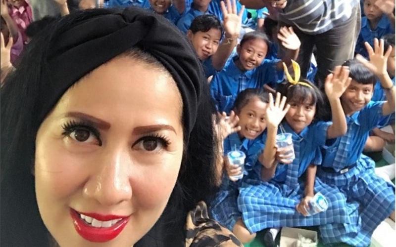 https img k.okeinfo.net content 2017 06 19 33 1720140 anak angkat venna melinda jadi penebar kasih sayang QVfmyrg49H.jpg