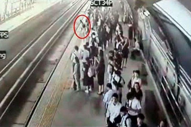 https: img-k.okeinfo.net content 2017 06 20 18 1721078 video-detik-detik-perempuan-hamil-terjun-ke-lintasan-kereta-api-hgRlmaOpca.jpg