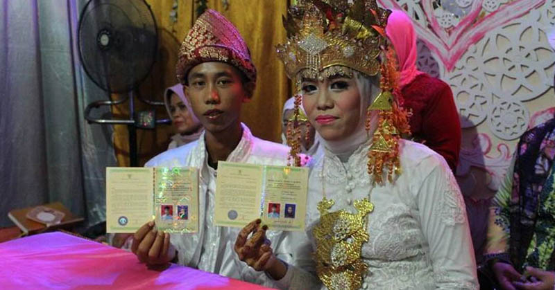 https: img-k.okeinfo.net content 2017 06 20 207 1720669 viral-di-facebook-remaja-15-tahun-menikah-hebohkan-warganet-4aIAJ9J7ri.jpg