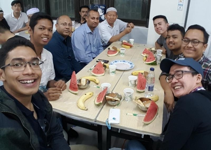 https: img-k.okeinfo.net content 2017 06 21 18 1721913 ramadan-di-negara-non-muslim-wni-harus-pintar-atur-jam-makan-dan-salat-H0pZPK5KTf.jpg