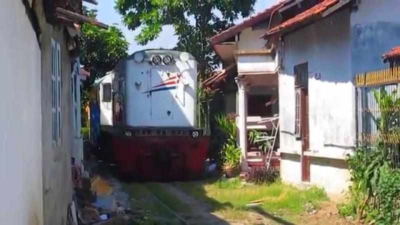 https img k.okeinfo.net content 2017 07 12 406 1734844 bikin dada deg degan ada kereta api lewat di halaman rumah warga 2GwwkMUODB.jpg