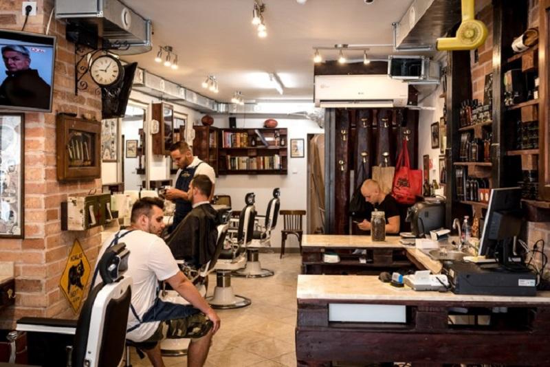 https: img-k.okeinfo.net content 2017 07 13 194 1735781 ini-bedanya-barbershop-dan-tukang-cukur-tradisional-yzCWsRXBoQ.jpg