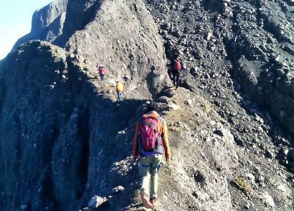 https img k.okeinfo.net content 2017 07 15 406 1736984 uji nyali di jalur terseram gunung raung serasa berjalan di jembatan shiratal mustaqim xd6sZAaXlU.JPG
