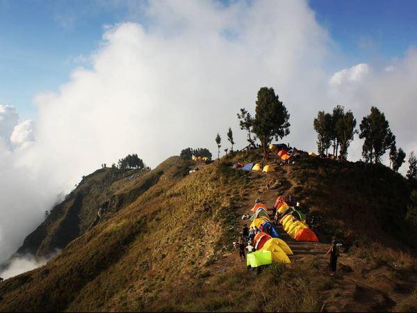 https: img-k.okeinfo.net content 2017 07 20 406 1740772 antara-nyesek-dan-malu-pendaki-asal-prancis-punya-trik-unik-mendaki-gunung-indonesia-rQOTGBIn2x.JPG