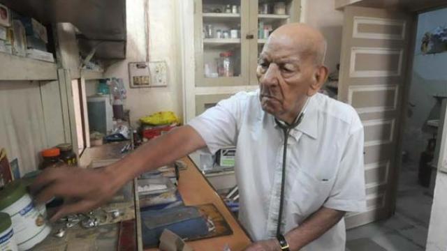 https: img-k.okeinfo.net content 2017 07 21 337 1741479 hot-thread-3-dokter-ini-tertua-di-dunia-usia-102-masih-setia-melayani-pasien-F4rJrnvF3W.jpg