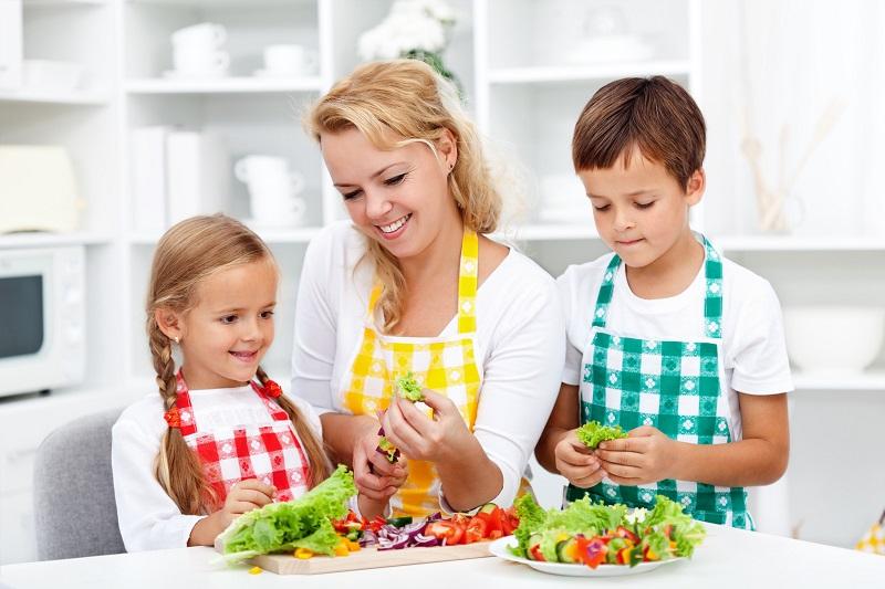 https: img-k.okeinfo.net content 2017 07 22 298 1742029 jadilah-panutan-untuk-tanamkan-pola-makan-sehat-kepada-anak-MQfL5X8iub.jpg
