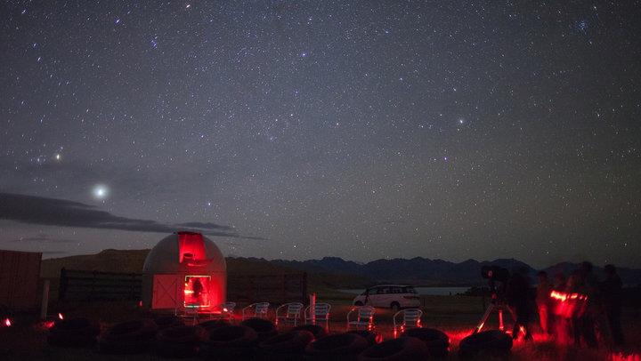 https: img-k.okeinfo.net content 2017 08 01 406 1748035 rasakan-romantisnya-melihat-bintang-bintang-di-mt-john-selandia-baru-HW8C67TUcW.jpg