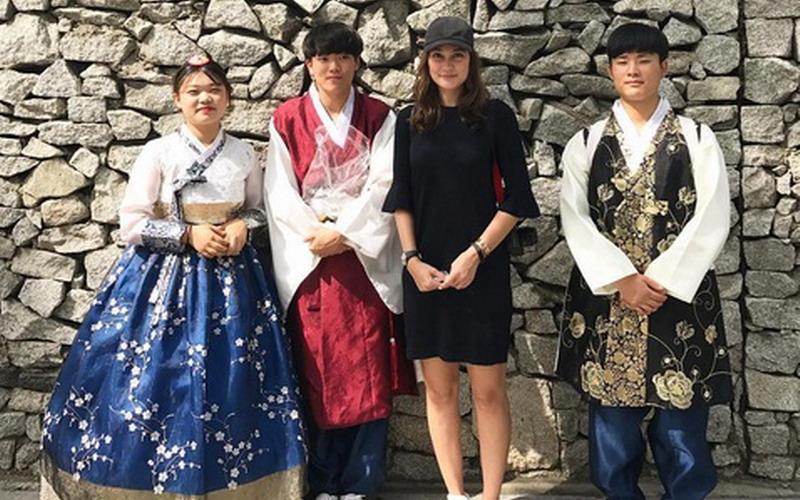 https: img-k.okeinfo.net content 2017 08 09 33 1752870 foto-luna-maya-dinilai-paling-cantik-saat-bersama-orang-orang-korea-5fUruUIkos.jpg