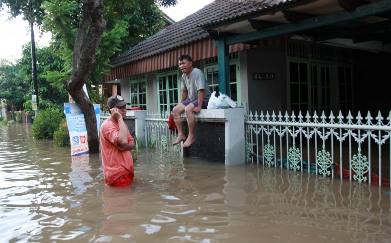 https: img-k.okeinfo.net content 2017 08 10 338 1753201 tolong-kali-pesanggrahan-meluap-ratusan-rumah-di-pondok-pinang-kebanjiran-FQFtAhlvRr.jpg