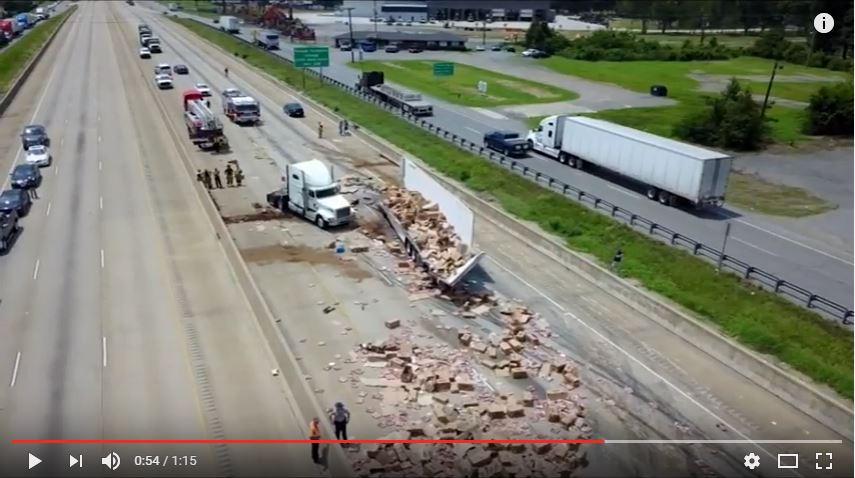 https: img-k.okeinfo.net content 2017 08 11 18 1753990 waduh-truk-trailer-tabrak-jembatan-ribuan-pizza-banjiri-jalan-tol-arkasans-ljZ5jkxlC6.JPG