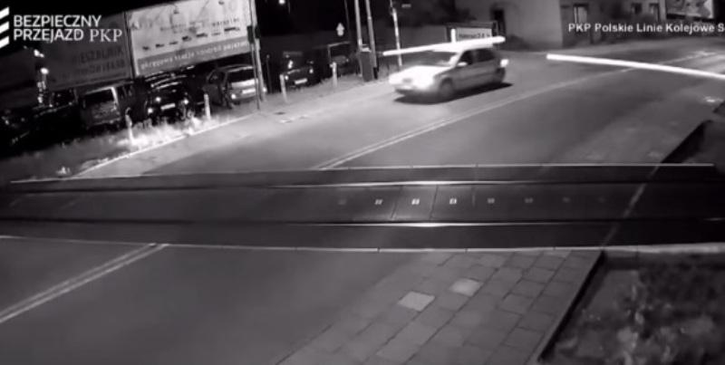 https: img-k.okeinfo.net content 2017 08 12 18 1754692 video-gila-terobos-palang-perlintasan-mobil-ini-hampir-dihantam-kereta-w5YQ20hSW8.jpg