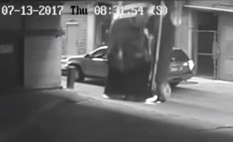 https: img-k.okeinfo.net content 2017 08 12 18 1754815 video-astaga-salah-injak-pedal-bmw-jatuh-dari-lantai-tujuh-SMoajeCyPv.jpg